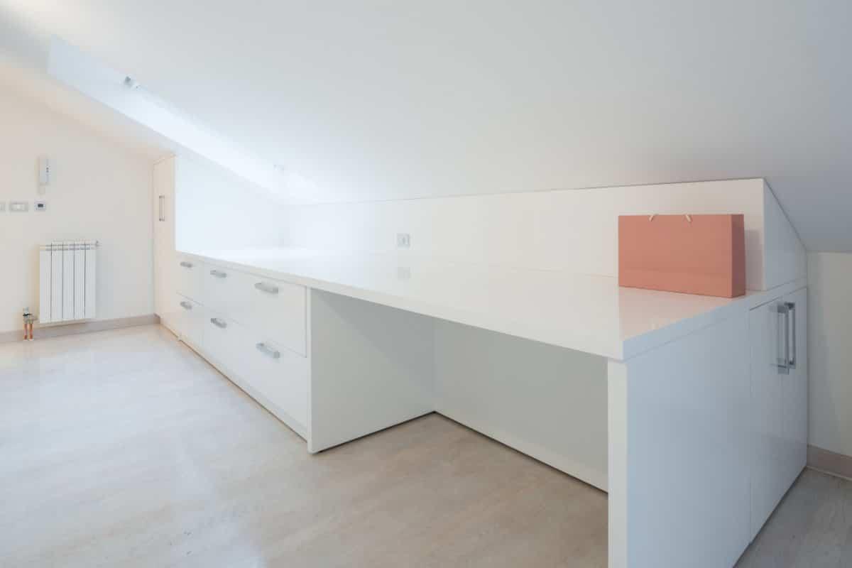 Slaapkamer Lage Kasten : Lage deuren onder schuine kap